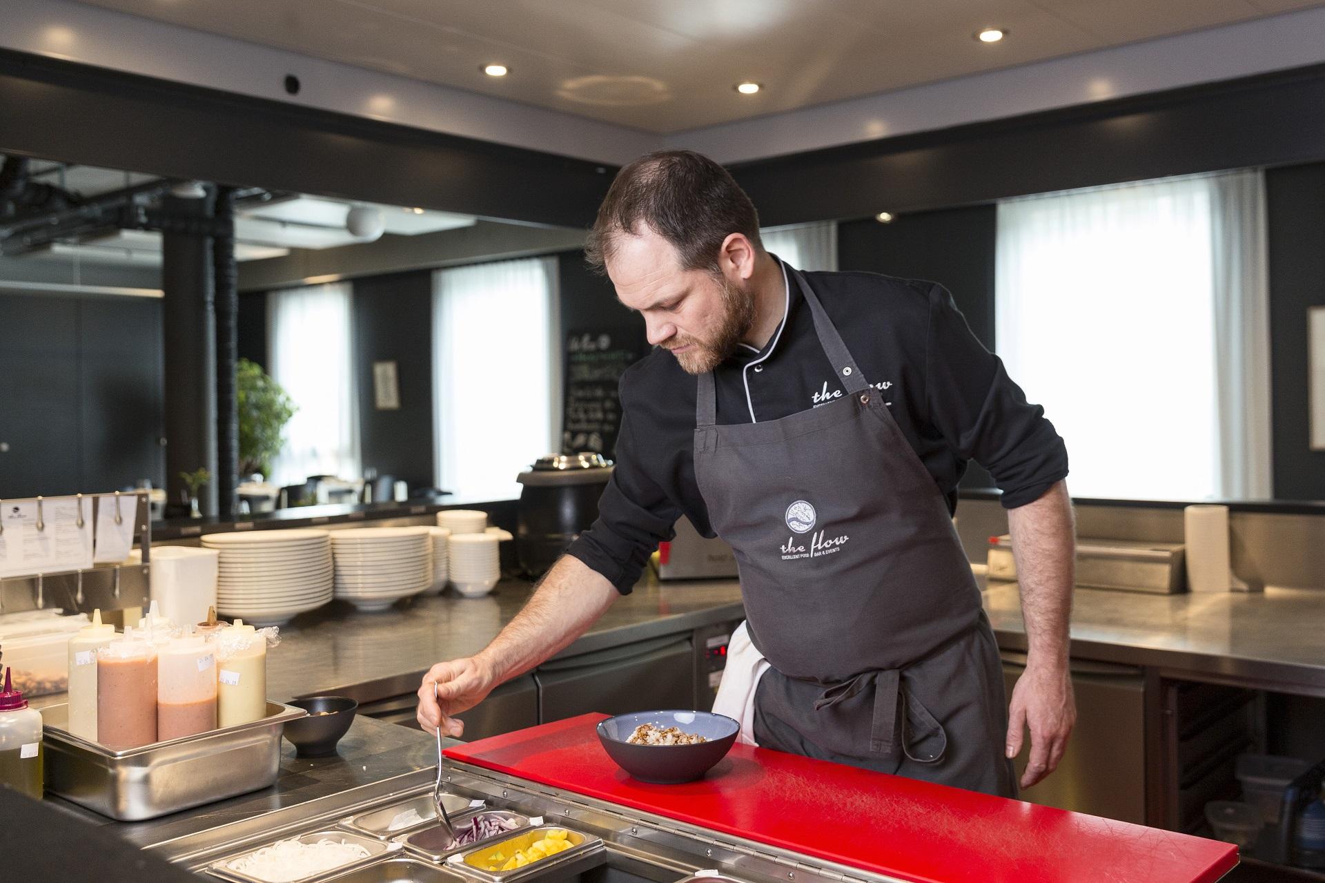 Küchenchef Emanuele am Zubereiten von Poke Bowls